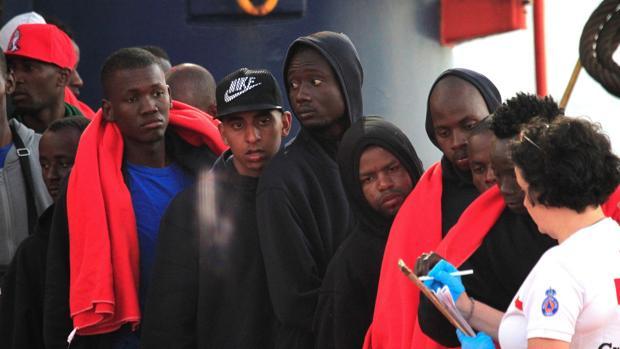 Llegada al puerto de Almería de los 43 inmigrantes rescatados por la embarcación Luz de Mar cuando navegaban en una patera por aguas del estrecho de Gibraltar.