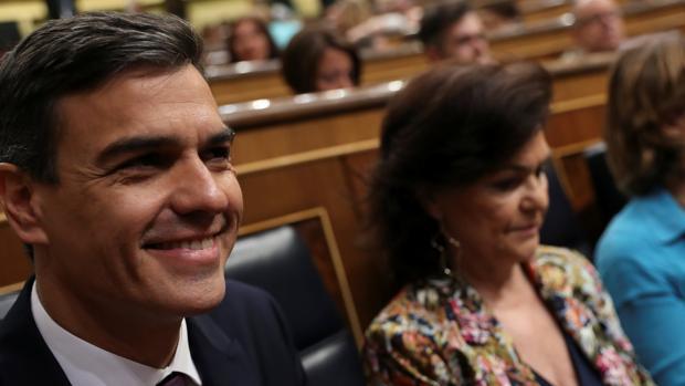 Pedro Sánchez, presidente del Gobierno, en el Congreso junto a la vicepresidenta Carmen Calvo