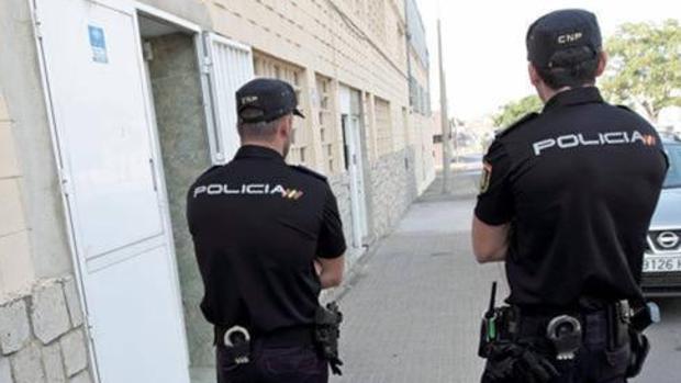 Imagen de archivo de dos agentes de la Policía Nacional en Valencia