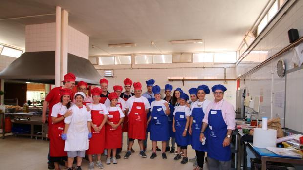 Imagen de la plantilla de Hidraqua en la cocina del centro de Terramar