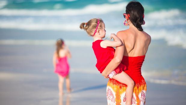 Los podólogos recomiendan caminar por la playa descalzos desde niños, para evitar lesiones