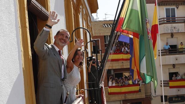 Los Reyes saludan desde el balcón del Ayuntamiento de Bailén