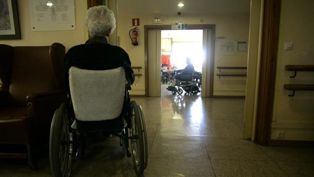 Una mujer en silla de ruedas en una residencia