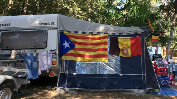 Una estelada junto a una bandera belga en un camping de la Costa Brava