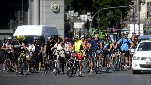 Los policías organizaron ayer una concentración en bicicleta para reivindicar sus derechos