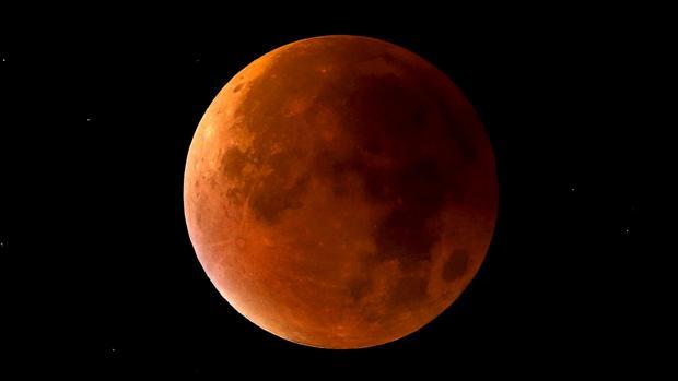 Imagen de archivo de un eclipse lunar tomada en Staffordshire, Inglaterra