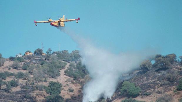 Un hidroavión en las tareas de extinción de un incendio en Casares (Málaga) en el año 2000