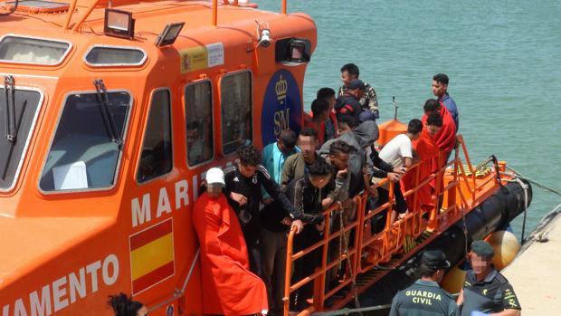 Llegada al puerto de Barbate de los inmigrantes rescatados por Salvamento Marítimo este jueves