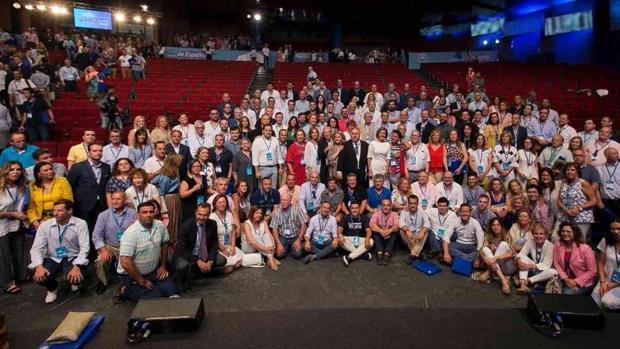 Cospedal, en la imagen con los compromisarios del PP de Castilla-La Mancha en el Congreso