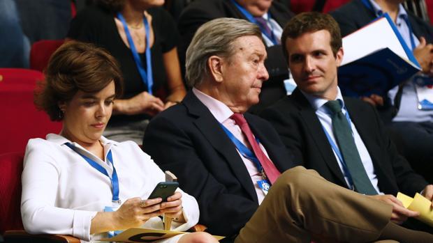 Soraya Sáenz de Santamaría, Luis de Grandes y Pablo Casado, ayer, en el Congreso