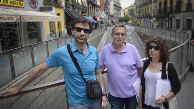 Los vecinos Roberto Majano, Saturnino Vera y María Fernández, frente a la entrada del parking