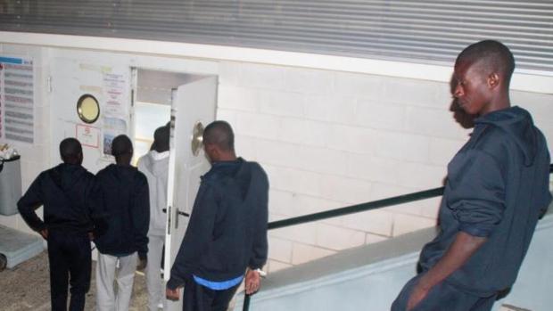 Un pabellón de deportes de Motril habilitado por la Policía Nacional este martes ante la falta de espacio en el Centro de atención temporal (CETI) del puerto