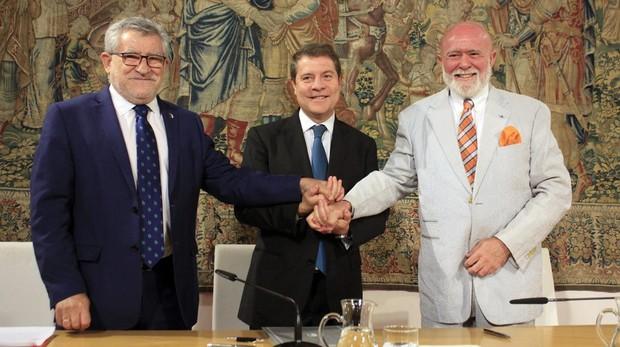 Firma de protocolo con el coleccionista Roberto Polo