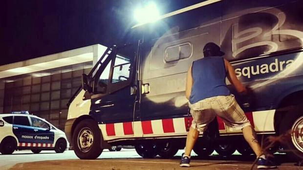 El furgón de los Mossos pintado durante la noche de ayer
