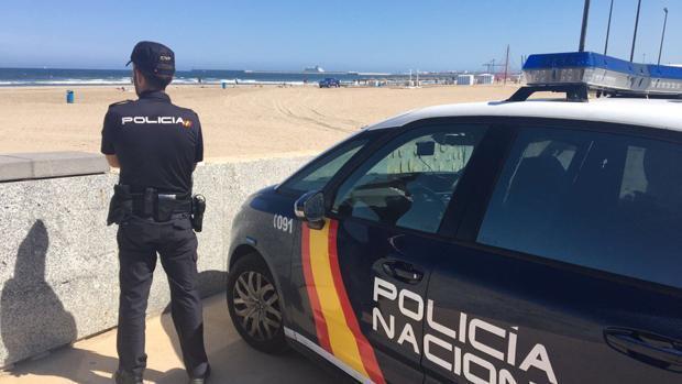 Un agente de la Policía Nacional vigila una playa valenciana