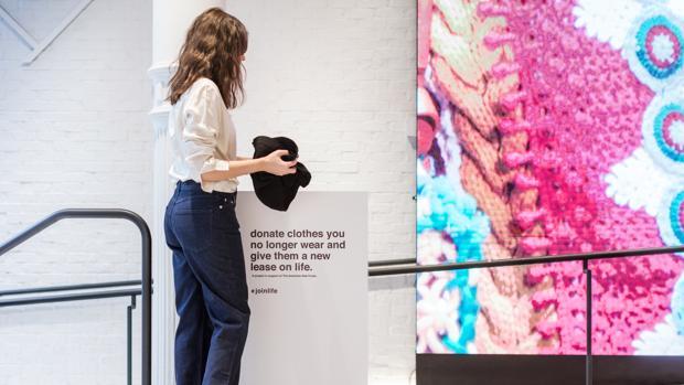 Un contenedor para recoger ropa usada en un establecimiento del grupo Inditex