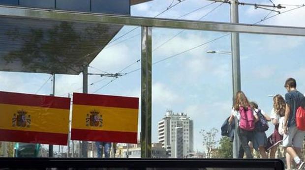Pegatinas con la bandera de España en un barrio de Barcelona