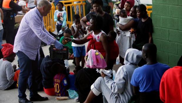 El alcalde de Los Barrios (Cádiz) reparte alimentos entre los inmigrantes albergados en la localidad