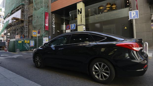 Los taxistas llaman a boicotear hoteles de lujo que usen Uber y Cabify: «Está lleno de cucarachas»
