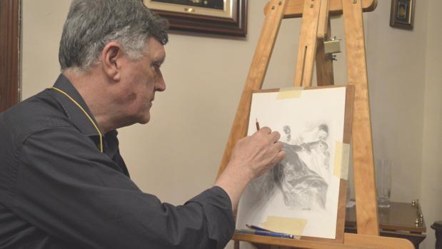 José Luis Álvarez realiza una de sus obras en carboncillo