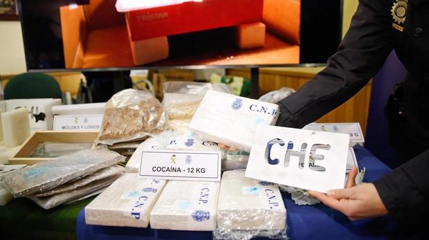 La Policía encontró una bolsa transparente con polvos blancos en los bolsillos del hombre