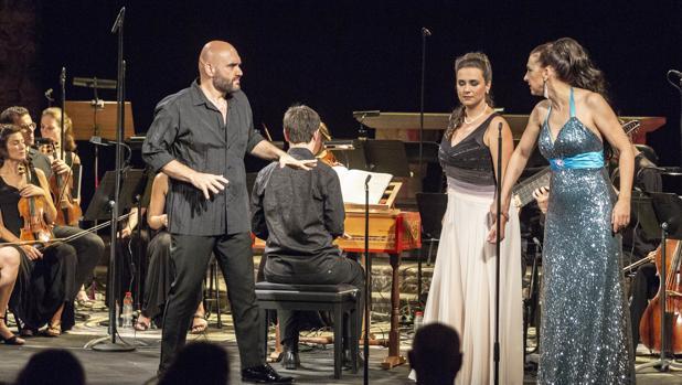 Xavier Sabata, junto a Núria Rial y Hillary Summers durante la representación