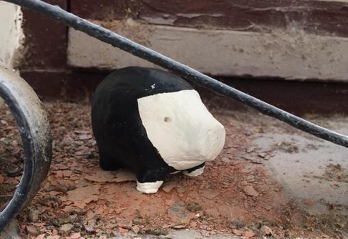 Cerdo número 125/666, que los vecinos lo asimilan con un sacerdote
