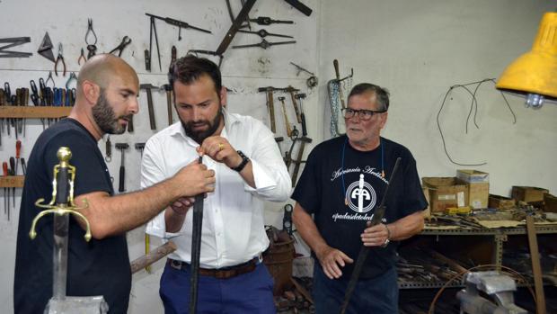 Erwan de Willéon atiende las explicaciones de Antonio y Tony Arellano