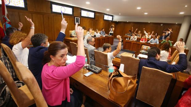 Votación durante el pleno de debate de presupuestos de Ponferrada