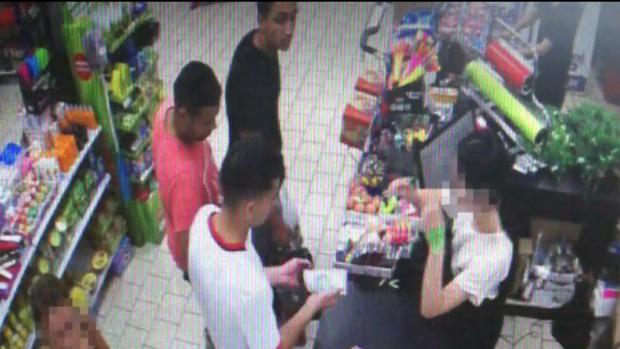 Los terroristas en una de las cuatro visitas que hicieron al supermercado de una gasolinera de la A-7 horas antes de ser abatidos en Cambrils