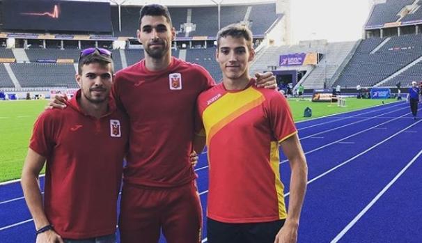 Lucas Búa (a la derecha), junto con sus compañeros en el 400 metros, Óscar Husillos y Samuel García