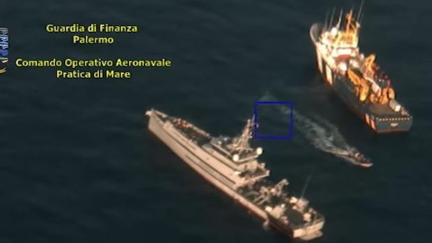 A la derecha, el buque de investigación oceanográfico «Remus»