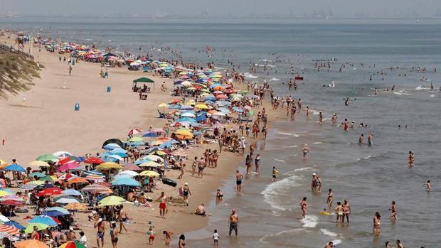 Una playa valenciana durante una alerta por lluvias y calor