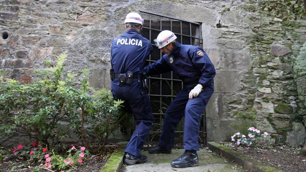 Image de archivo de dos policías llevando a cabo medidas de seguridad