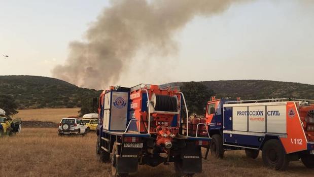 Efectivos del Infocam y de Protección Civil durante la extinción del incendio