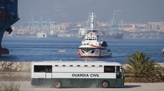 Inmigrantes llegan en el barco «Open Arms» a San Roque