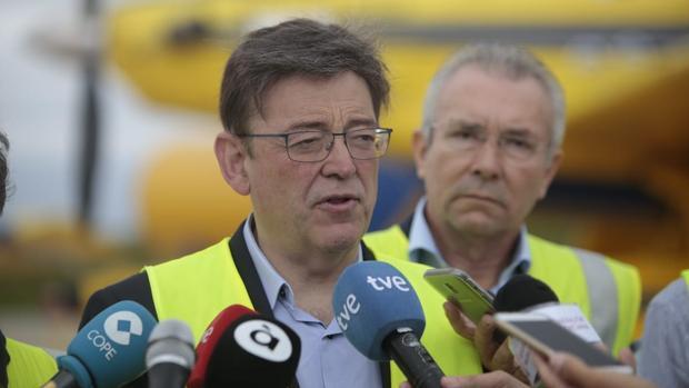 Imagen de Ximo Puig en el aeropuerto de Castellón declarando a la prensa