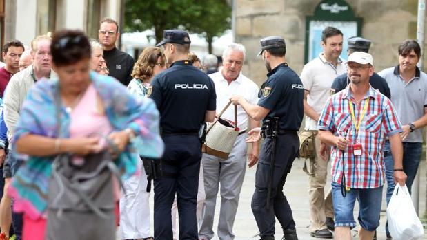 Agentes de Policía realizando registros en el entorno de la Catedral de Santiago