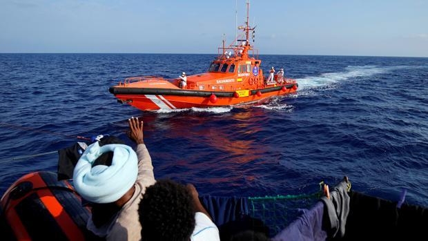 Varios inmigrantes saludan alpaso de Salvamento Marítimo