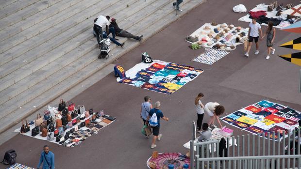 Imagen de venta ambulante en el centro de Barcelona