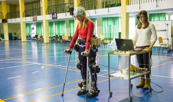Una paciente del hospital se ayuda de un exoesqueleto para caminar