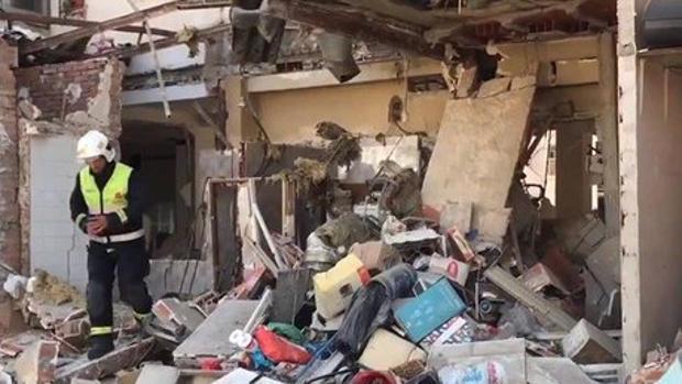 Un bombero revisa el estado en que quedó el restaurante tras la explosión registrada durante la madrugada