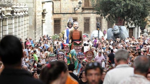 Gigantones y cabezudos en la plaza del Ayuntamiento de Toledo