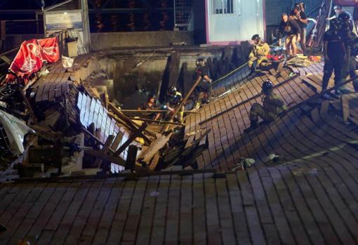 Los equipos de emergencias, la pasada madrugada durante el rescate de los heridos tras el desplome de la plataforma