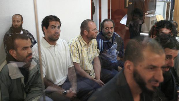 Abdelkrim Bensmail (dcha.), uno de los presuntos terroristas a los que juzga la Audiencia Nacional en 2007