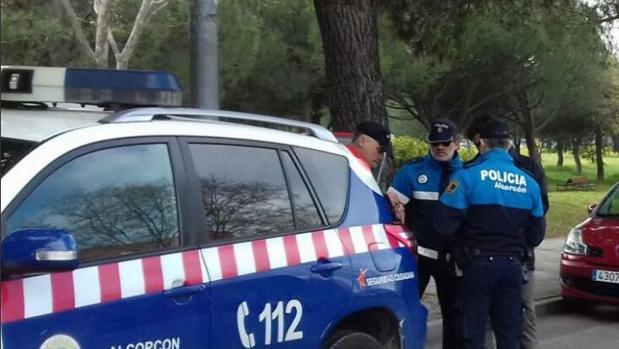 Agentes junto a un vehículo de la Policía Local de Alcorcón
