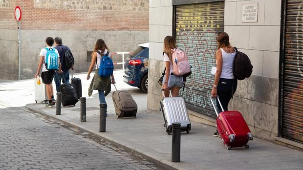 Una retahila de turistas pasea por las calles del centro de Madrid