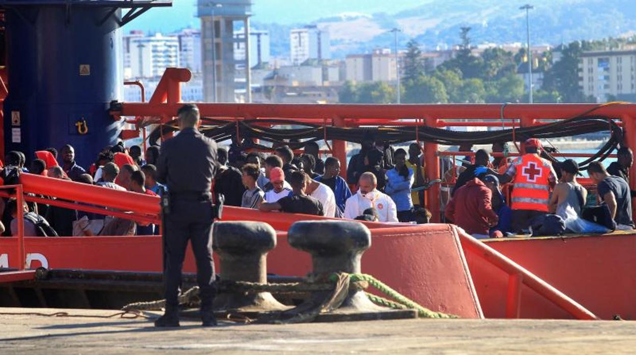 Más de 100 inmigrantes rescatados en el Estrecho