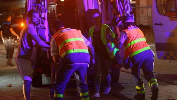 Los servicios santiarios atienden a los heridos por el desplome de un muelle en Vigo