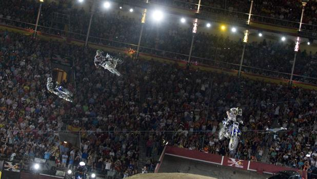 Varias motos evolucionan en la plaza de Las Ventas durante la Red Bull X Fighter